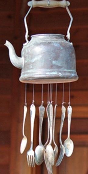 Windgong gemaakt van oude waterketel en bestek.