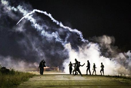 Scontri tra migranti e polizia a Calais © EPA
