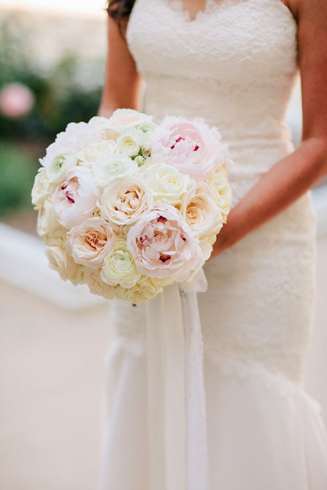 Loving this gorgeous blush wedding bouquet! So classic!