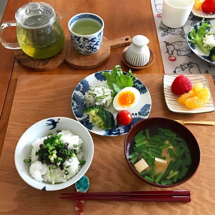 2017/03/06 月曜日の朝ごはんみたいなお昼ごはん。 黒千石納豆ごはん、 お豆腐とにらのお味噌汁、 大根と帆立のサラダ、イクラのせゆで卵、 ブロッコリー、プチトマト、 いちごと伊予柑、緑茶。