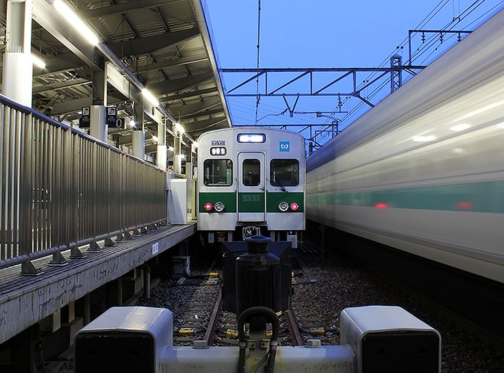 東京都足立区東綾瀬・谷中。綾瀬車両基地連絡線を旅客化し1979(昭和54)年に開業した、東京メトロ千代田線北綾瀬支線。 この2.1kmの高架区間を3両編成の05系がワンマン運転で行