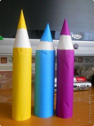 Карандаши сделаны из картонных цилиндров от туалетной бумаги и обклеены цветной бумагой