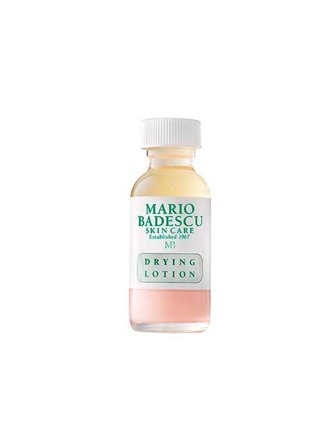 (Alle hudtyper) Mario Badescu Drying Lotion er en hurtigvirkende, effektiv acne behandling. Indeholder salicylsyre og calamin der begge er kendt for at virke udtørrende. Drying Lotion fjerner talgknopper og små bumser, mens du sover. Mens andre acne spot behandlinger kan irritere og udtørre sart og følsom hud, er dette produkt godkendt til sensitive hudtyper og virker effektivt ved alle hudtyper.  Anvendelse: Før du går i seng, og efter du har renset ansigtet, duppes Drying Lotion direkte…