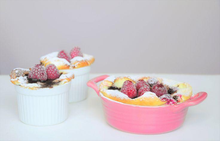Kremowe fit serniczki jogurtowe z czekoladą i malinami. Dietetyczny sernik z fit czekoladą i malinami. Mini serniczki fit. Dietetyczna czekolada. Fit deser.