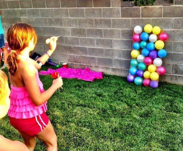 Juegos con globos de agua: ¿no os morís de envidia viendo jugar a los peques?