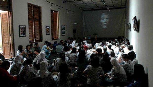 Bandung Mulai - Pelajar Bandung Rame-rame Nobar Film Pengkhianatan G30S/PKI   http://news.beritaislamterbaru.org/2017/09/bandung-mulai-pelajar-bandung-rame-rame.html