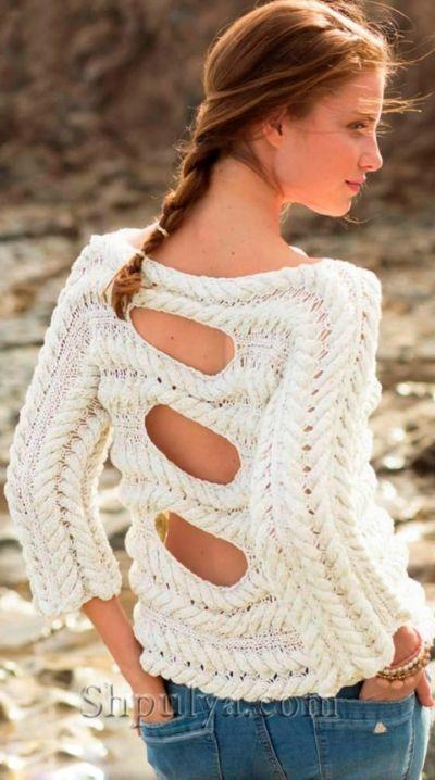 Пуловер с узором из кос и вырезами на спине