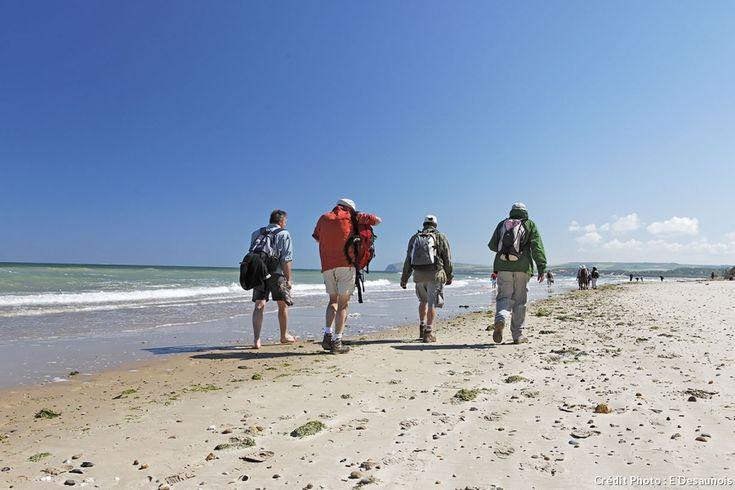 Découvrez la Côte d'Opale en famille ou entre amis en empruntant à pied l'un de nos quatre itinéraires dans le Pas-de-Calais. Mêlez détente et plaisir de la marche à la découverte du riche patrimoine naturel et culturel de cette région.
