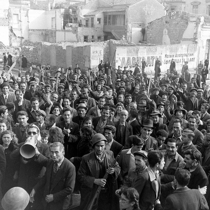 Dmitri Kessel, 4 Δεκεμβρίου 1944, Αθήνα, πλήθος λαού στην κηδεία των 23 διαδηλωτών.