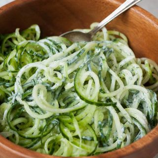 Dieses 5-Minuten Rezept ist erfrischend und richtig lecker! Die 5-Minuten Gurken-Spaghetti mit Joghurt, Zitrone und Dill sind das perfekte Sommeressen!