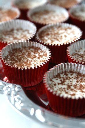 Så lätt att göra, och väldigt goda! Pudra över kakao över dem , innan servering :  Detta behöver du : 225 gram vit choklad 125 gram kokosfett Garnering : Kakao Bra att ha : Ischokladformar Gör så här : Smält kokosfettet över ett vattenbad, och rör runt tills … Läs mer