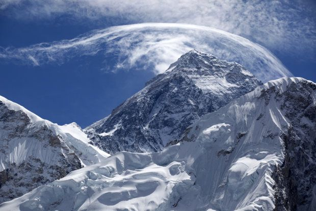 Azja. Mount Everest, Himalaje.  Najwyższy szczyt świata, Mount Everest, leży w Himalajach na granicy Nepalu i Chin. Liczy 8848 m n.p.m. Pierwszymi zdobywcami góry byli Edmund Hillary i Tenzing Norgay. Swojego wyczynu dokonali w roku 1953. Z polskich himalaistów Mount Everest jako pierwsza zdobyła Wanda Rutkiewicz w 25 lat później.