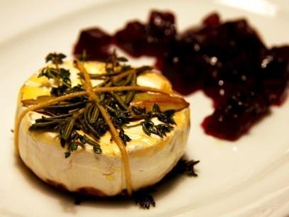 Gebratener Camembert mit Kräutern und Rotweingelee