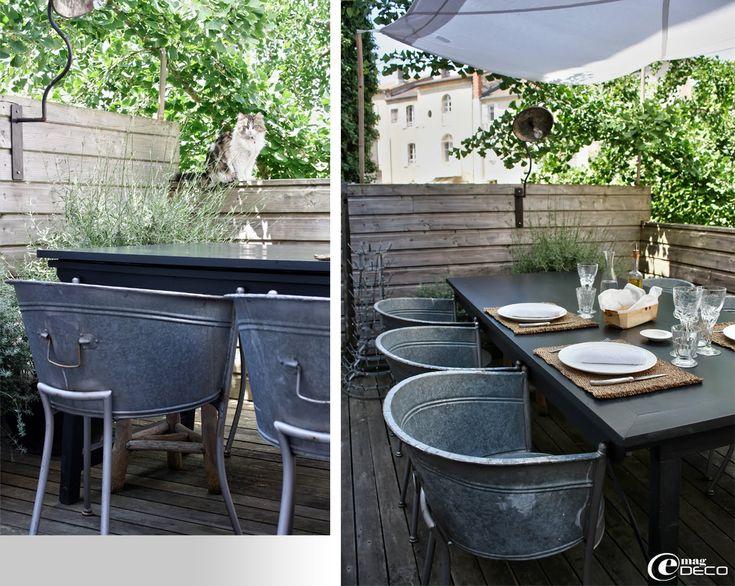 Des sièges de terrasse réalisés à partir de bassines en zinc découpées puis montées sur des pieds en métal, une idée créative de Béatrice Loncle
