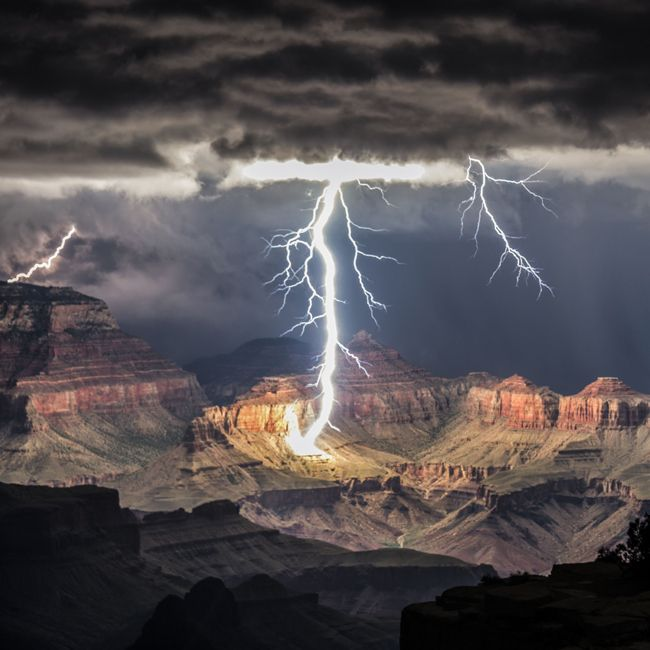 On August 30, when photographer Rolf Maeder and two friends decided to head into the Arizona national park to take photos of the sunset, what they got instead were shots of the spectacular collision of natural wonder and act of nature.