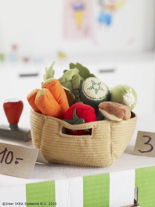 Când merg la piață primăvara, piticii cumpără legume de pluș. :) www.IKEA.ro/set_legume_DUKTIG