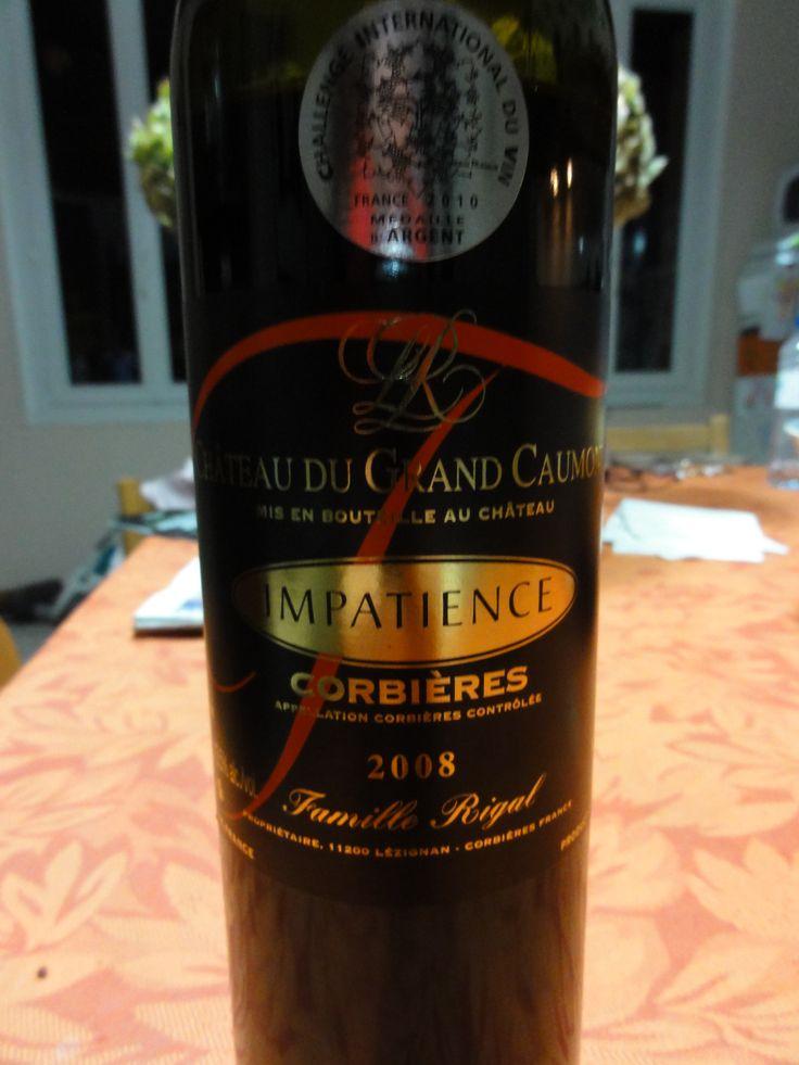 Bouteille de vin rouge de corbières de la région du languedoc roussillon dans le sud de