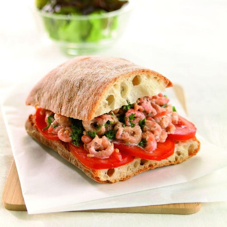 Een overheerlijke ciabatta met garnaalsla en tomaten, die maak je met dit recept. Smakelijk!