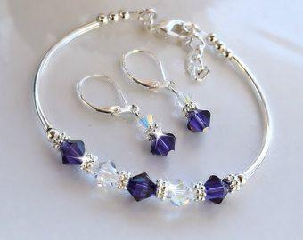 Pendientes y pulsera hechas con perlas de vidrio de 8mm y vienen en colores y tamaños de encargo. Perfecto para bodas, regalos de día de las madres o simplemente para un especial de una persona.
