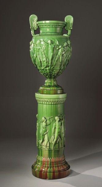 Clément Massier (dans le goût de), vase et sa colonne, céramique à glaçure verte, décor dans le style antique, h. 187 cm.