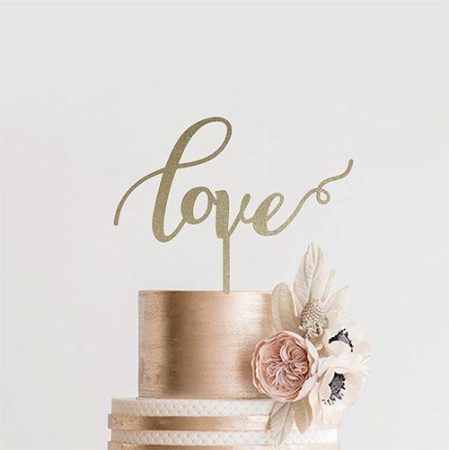 EYMのケーキトッパーはデザインはもちろん作り方もこだわりぬいている木製ケーキトッパーです。Love/Emilyはシンプルなフレーズとデザインが結婚式はもちろん、式が終わった後も様々なイベントで活躍してくれるケーキトッパーになっています♡海外風ウェディング通販サイトEYMにて販売中です。