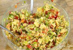 Салат из булгура с яблоками, сладким перцем и сельдереем. К булгуру добавить сладкий перец, сельдерей, яблоко, орехи, зеленый лук, петрушку, смазать все заправкой и перемешать.