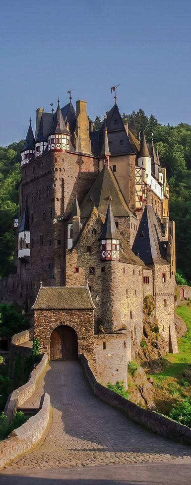 Eltz Castle. El castillo de Eltz es un castillo medieval ubicado en las colinas sobre el río Mosela entre Coblenza y Tréveris, Alemania. Aún es propiedad de una rama de la misma familia que vivía allí en el siglo XII, hace 33 generaciones