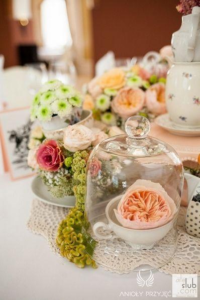 7. Alice in Wonderland Wedding,Centerpieces,Cloche,Vintage tea cups /  Alicja w Krainie Czarów,Dekoracja stołu,Kwiatowe dekoracje,Anioły Przyjęć