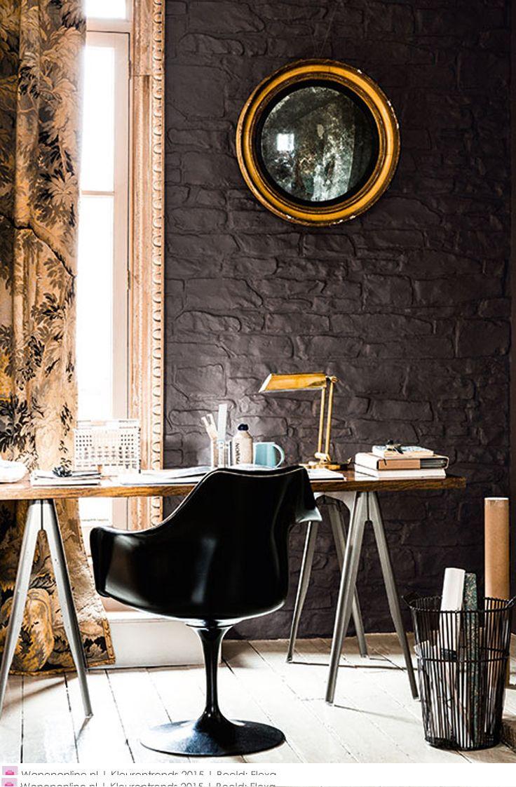 Mooie combinatie van antracietgrijze muur, gouden accessoires en brocante gordijnen met goudeffect. Met moderne werkplek spannend geheel.