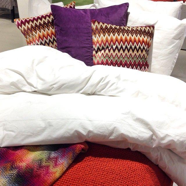 Bara på R.O.O.M. Sängkläder som är tillverkade exklusivt för oss på R.O.O.M. i härlig vit satin eller percale. Prydnadskuddar och pläd från Missoni och Ceannis. Sängkläderna hittar du både i Täby C & Skrapan, övrigt Täby C. #roombutiken #barapåroom #ceannis #missonihome