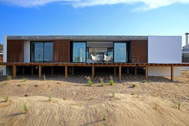 Casa do Pego ist ein erstaunliches, einfaches und doch luxuriöses Haus, das von einer Sanddüne ansteigt und nur wenige Meter vom Pego Strand...