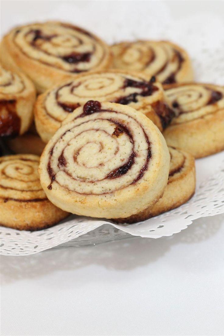 I biscotti alla marmellata sono dei semplici biscotti realizzati con una morbida pasta e arricchiti di marmellata.