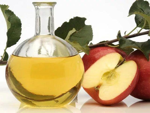 Mivel az almaecet enyhén savas ezért a bőrre hámlasztó hatással van. Ugyanakkor mivel a pH-értéke közel áll a bőrünkéhez, így segít helyreállítani az egyensúlyt.