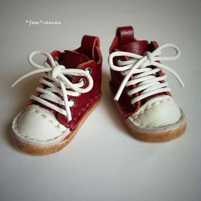 ブライスちゃんもスポーツの秋♪赤いスニーカー٩( *˙0˙*)۶♪ ♪#blythe#blythecustom#customdoll#customblythe#ブライス#カスタムブライス#leathercraft#miniature#ミニチュア#dollshoes#ドールシューズ#革靴#レザークラフト#customdoll#custom#daldoll#blytheoutfit#blythestagram#instablythe#neoblythe#takara#ミディブライス#handmade#ハンドメイド#japan#スニーカー