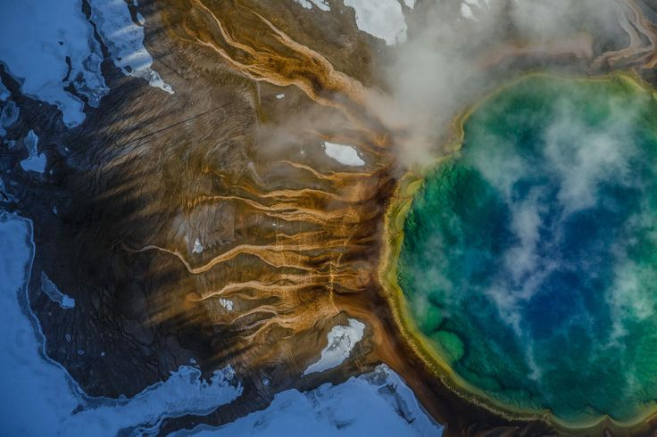 Τα χρώματα στην θερμή πηγή Grand Prismatic Spring στο Yellowstone προέρχονται από θερμόφιλα: μικρόβια που αναπτύσσονται στο καυτό νερό. Μάιος 2016