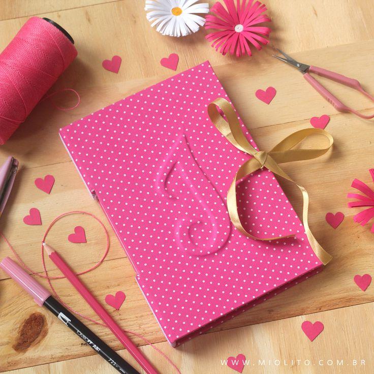 Caderno com Inicial em Alto relevo <3 Por: @miolitocadernos