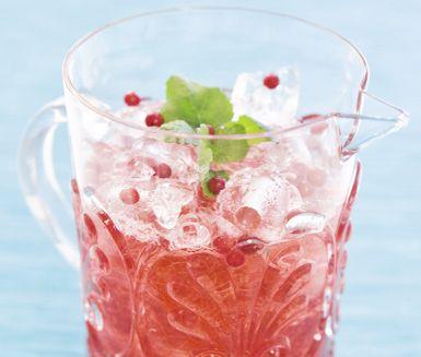 Ett enkelt och läskande recept på lingonbål för vuxna. Du gör bålen av gin, lingondricka, lingon, citronmeliss eller lime och is. Läskande och fräsch!
