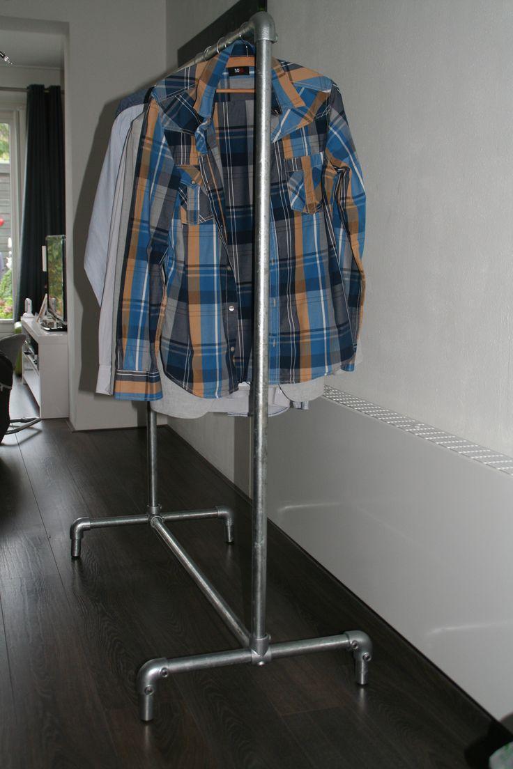 Het kledingrek is geschikt voor op de slaapkamer om uw kleding op te hangen, maar kan ook prima gebruikt worden als een kapstok. Op de foto zijn is het kledingrek afgewerkt met een inslagdop, maar het is ook mogelijk om wielen onder het kledingrek te plaatsen waardoor het gemakkelijk te verplaatsen is. Tevens is het mogelijk om het onderframe te voorzien van 2 stuks steigerplanken. De afmetigen zijn (lxbxh): 110 x 50 x 150 cm