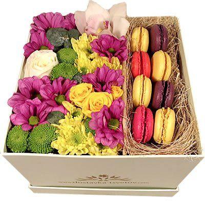 3 кустовых хризантемы, 1 кустовая роза, 1 роза, 1 орхидея, 8 макарун в коробке 14х14х14 см