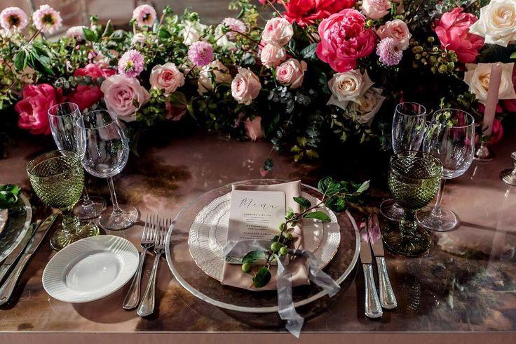Каждый стол, как произведение искусства! Специально для нашего проекта  #потусторонуреки2016 были созданы накладки на столы с изображением пейзажей картин голландских художников. Бокалы изумрудного цвета, невесомость шелковых лент, мерцание свечей и сочная ароматная флористика.  Wedding planner @caramelwedding  Photo @foter Decor @mezhdu_nami_  #caramelwedding