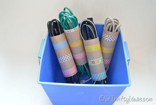 Kabelsalat vermeiden: Kabel in einer Toilettenpapierrollen aufheben. Rollen können z. B. mit Washi Tape verschönert werden.
