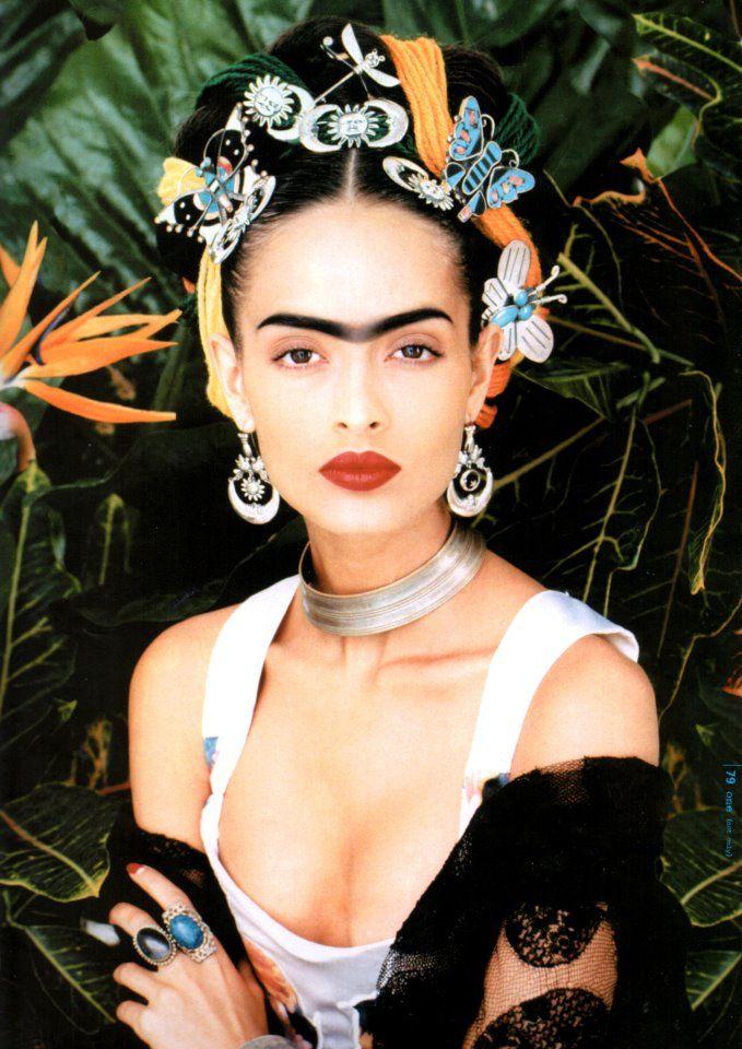 J'adore le fond, la pose, mais surtout les faux sourcils sur le teint blanc, et l'accumulation de métal dans les cheveux au lieu des fleurs.
