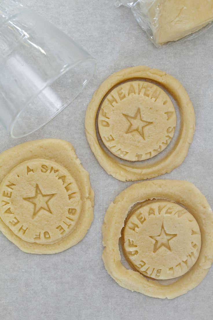 Prøv disse nemme julekager til kagedåsen. Dejen kan også bruges til vaniljekranse. Gør dem til noget særligt med et stempel.