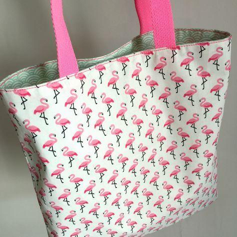Tuto couture pour se coucre un tote bag facile réversible en tissu tendance flamants roses rose flashy pour l'été. Tuto couture débutante diy fashion