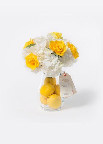 CITRUS | Cam sürahide düzenlenmiş beyaz ortancalar, Citran sarı güller ve limonlar. | Bloom and Fresh