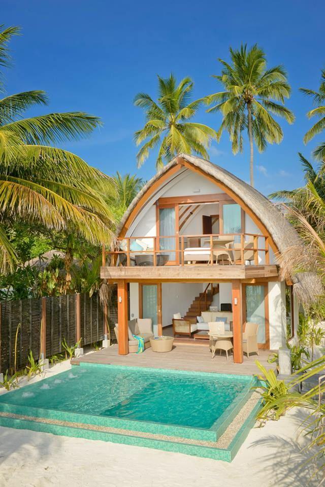 """Kandolhu Island beschikt over slechts 30 villa's en deze hebben allen rechtstreekse toegang tot het strand of tot de indrukwekkende oceaan. Ze zijn bovendien zeer modern qua stijl met open badkamers. Wow!  Ontdek dit Travelworld hartendiefje in de nieuwe """"Verre Reizen 2015-2016"""" brochure,  pics # Travelworld"""