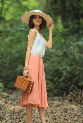 Pleated full skirt, loose top, and adorable floppy hat.  Now I just want to know what's in her lunch basket!  I'm guessing chicken salad and croissants!