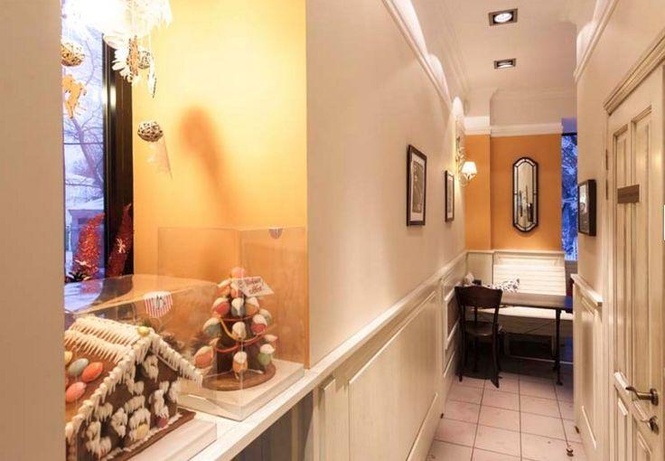 Проектирование пекарни Волконский на ул. Садово-Черногрязская переносит нас во французское бистро с ее уютной атмосферой уличного кафе. Здесь были использованы состаренная мебель,  скамьи, венские стулья.