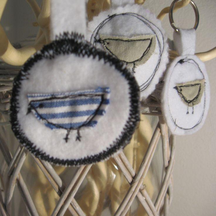 """Přívěšek na klíče """"Ptáček"""" Klíčenka či přívěšek na klíče z bílého filcu s dekorací prošívaného ptáčka, průměr cca 5cm."""