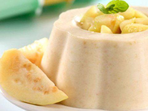 Disfruta de esta deliciosa y quemosita gelatina de guayaba, estará lista en sólo tres pasos. Preparación1. LICUA el queso, la crema y la leche condensada junto con las guayabas.2. DISUELVE la grenetina en una taza de agua fría y añade las dos tazas de agua hirviendo para disolverla bien. Incorpora la mezcla del queso y la leche.3. VACÍA la mezcla en un molde y mete al refrigerador. Retira hasta que esté firme.